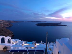 Katikies Chromata Santorini - The Leading Hotels of the World tesisinde bir restoran veya yemek mekanı