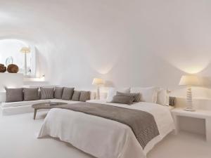 Cama o camas de una habitación en Katikies Chromata Santorini - The Leading Hotels of the World