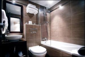 A bathroom at Grand Hotel Francais
