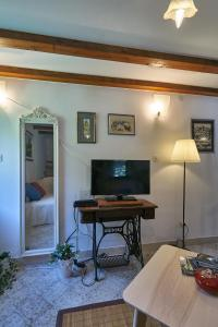 A television and/or entertainment centre at Holiday Home Olive Mill