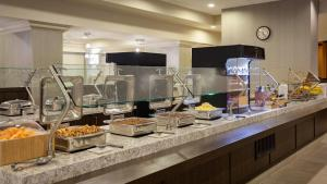 A restaurant or other place to eat at SpringHill Suites by Marriott Orlando Lake Buena Vista in Marriott Village