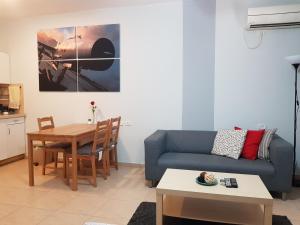 Гостиная зона в Rothschild Apartments
