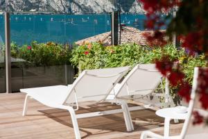 Ein Balkon oder eine Terrasse in der Unterkunft Hotel Lago Di Garda