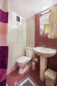 Een badkamer bij Dimitris Paritsa Hotel