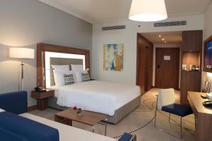سرير أو أسرّة في غرفة في نوفوتيل جازان