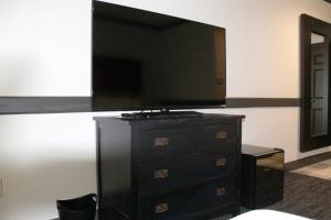A television and/or entertainment centre at The Craftsman Inn & Suites