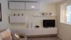 A television and/or entertainment centre at Apartamenty Cudowna Wyspa