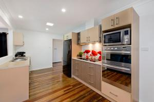 A kitchen or kitchenette at Anchor Lodge