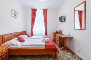 Кровать или кровати в номере Hotel Liliova Prague Old Town