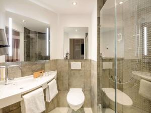 A bathroom at ibis Hotel München Messe