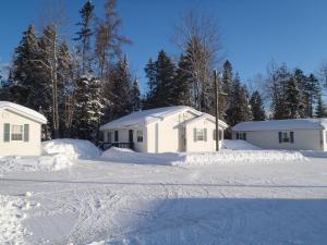 Settler's Inn & Motel during the winter
