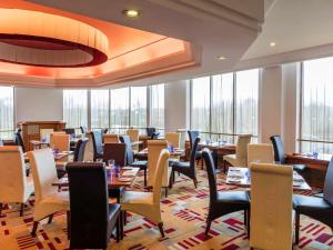 A restaurant or other place to eat at Mercure Daventry Court Hotel
