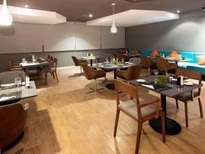 Um restaurante ou outro lugar para comer em Novotel Santos Gonzaga