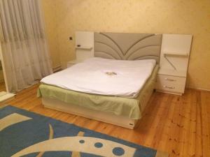 Cama ou camas em um quarto em chastnyi dom v Baku