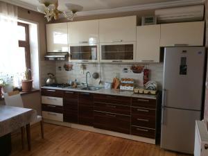 A cozinha ou cozinha compacta de chastnyi dom v Baku