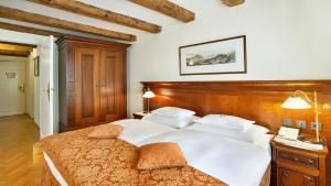 سرير أو أسرّة في غرفة في فندق راديسون بلو ألتستات