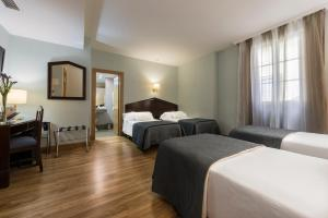 A bed or beds in a room at Hotel Navas