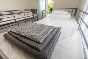 강다방 게스트하우스 객실 침대