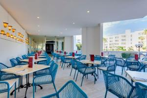 A restaurant or other place to eat at Aparthotel Tropic Garden