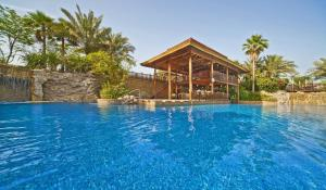 المسبح في Gulf Hotel Bahrain أو بالجوار