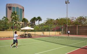 التنس و/أو الاسكواش في Gulf Hotel Bahrain أو بالجوار