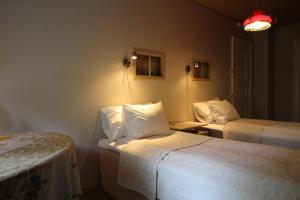 Säng eller sängar i ett rum på Kuralan Kartanotila