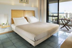 A bed or beds in a room at Club House Hotel