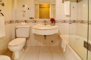 A bathroom at Hotel Gran Palace