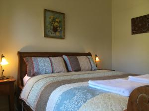 A bed or beds in a room at Kookaburra Cottage
