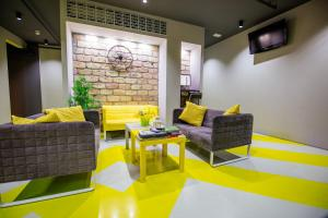A seating area at Rooms 63