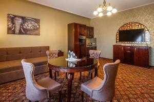 Un restaurante o sitio para comer en Peking Hotel