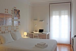 A bed or beds in a room at Uporto House