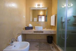 A bathroom at Guarda Rios
