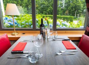 Ein Restaurant oder anderes Speiselokal in der Unterkunft Bastion Hotel Düsseldorf Neuss
