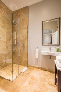 A bathroom at Avondale Boutique Hotel
