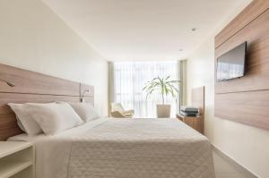 A bed or beds in a room at Intercity Maceio