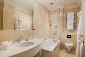 A bathroom at The Chesterfield Mayfair