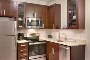 A kitchen or kitchenette at Residence Inn by Marriott Flagstaff