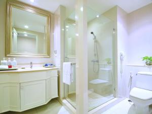 Ein Badezimmer in der Unterkunft Centre Point Silom