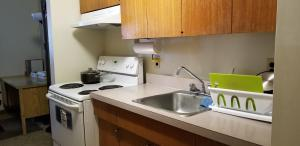 A kitchen or kitchenette at Redwood Motor Inn