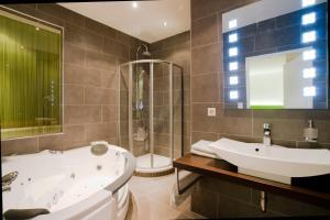 A bathroom at Hotel Restaurant Pusswald