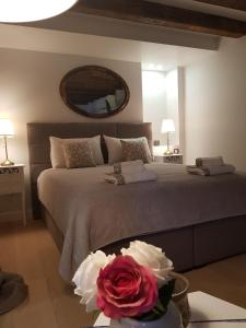 A bed or beds in a room at Apartment and Rooms Stay