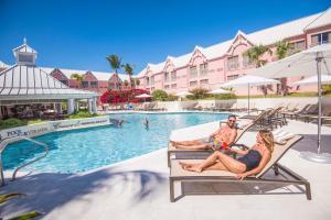 Бассейн в Comfort Suites Paradise Island или поблизости