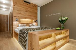 Łóżko lub łóżka w pokoju w obiekcie Aqua Dome 4 Sterne Superior Hotel & Tirol Therme Längenfeld