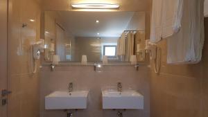 A bathroom at Hotel Prassino Nissi