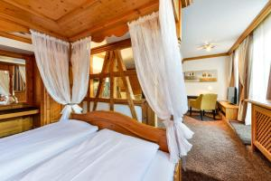 A bed or beds in a room at Flair Hotel Vier Jahreszeiten