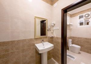 Um banheiro em مشارف الفخامة