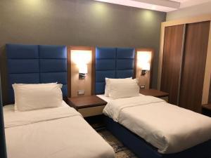 سرير أو أسرّة في غرفة في Swiss Blue