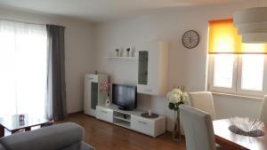TV a/nebo společenská místnost v ubytování Cozy apartment with sea view