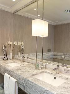 Uma casa de banho em Real Marina Hotel & Spa